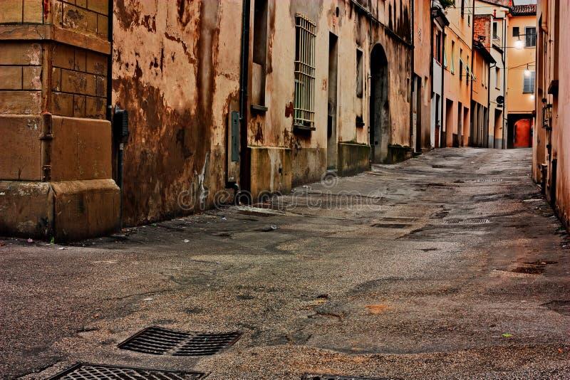 Italiaanse donkere steeg bij schemer stock foto's