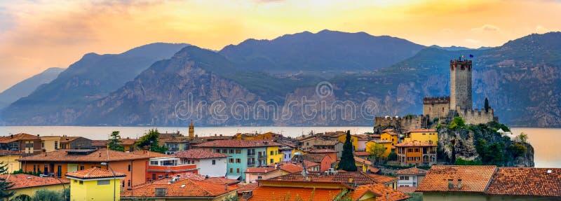 Italiaanse dorpshorizon van de vreedzame panoramische stad van Malcesine op Garda-het romantische horizontale panorama van de Mee stock fotografie