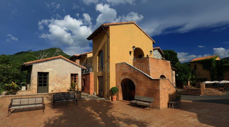 Italiaanse dorpsstijl stock afbeelding