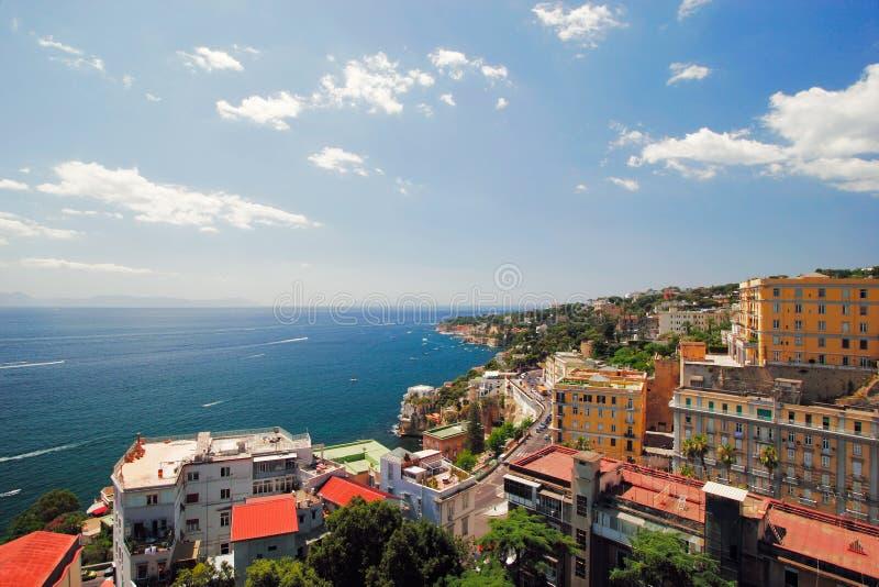 Italiaanse eilandprocida is beroemd voor zijn kleurrijke jachthaven, uiterst kleine smalle straten en vele stranden die allen sam royalty-vrije stock fotografie