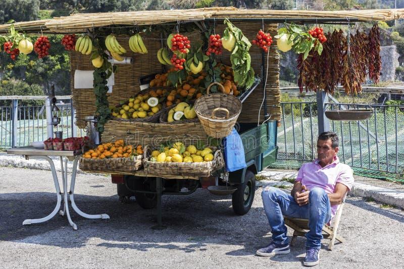 Italiaanse fruit-verkoper royalty-vrije stock afbeelding