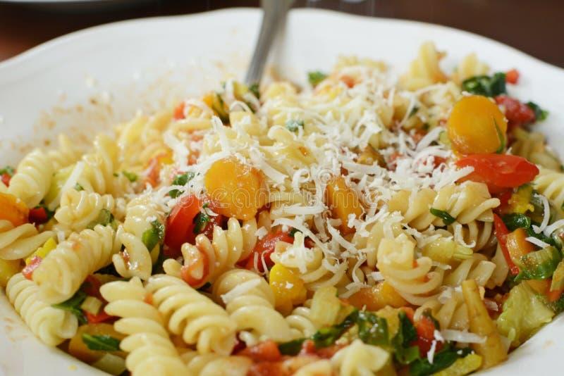 Italiaanse fusillideegwaren met groente en parmesano stock foto's