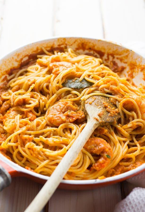 Italiaanse garnalen en tomatensausdeegwaren stock foto's