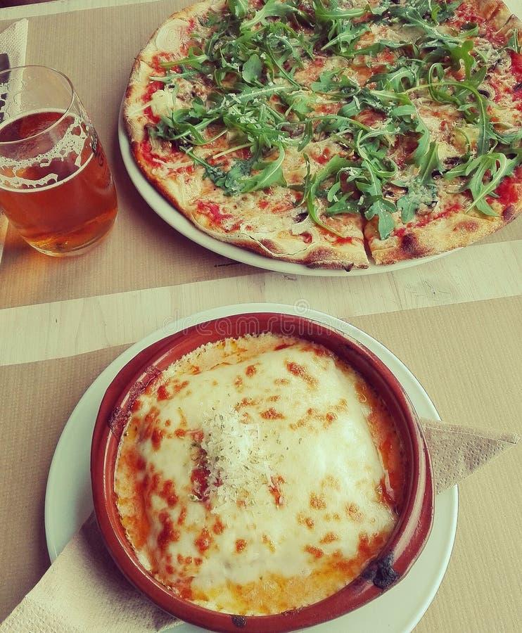 Italiaanse gastronomische pizza en Snel voedsel stock fotografie