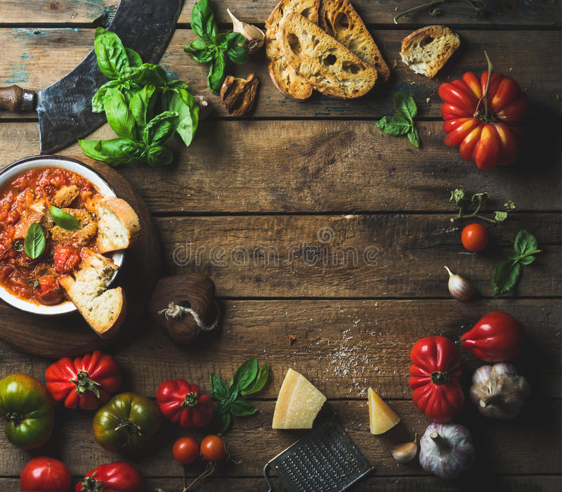 Italiaanse geroosterde tomaat en knoflooksoep met brood, basilicum, parmezaanse kaas royalty-vrije stock fotografie