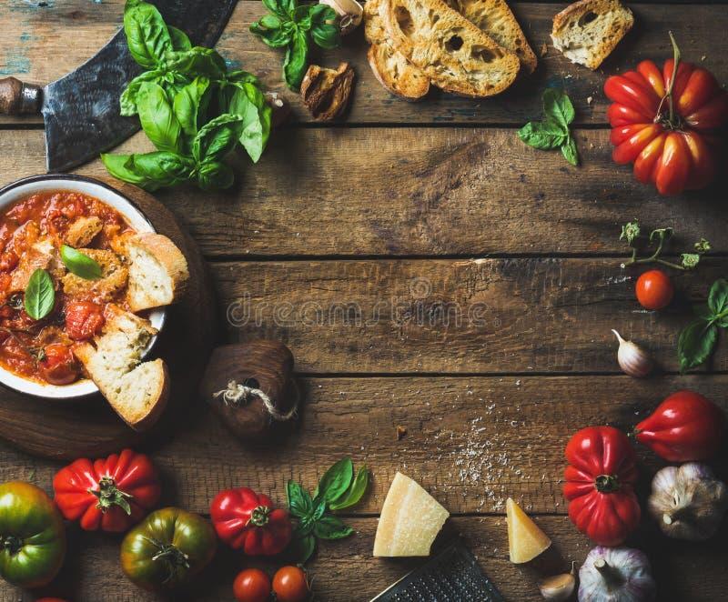 Italiaanse geroosterde tomaat en knoflooksoep met brood, basilicum, parmezaanse kaas royalty-vrije stock afbeelding
