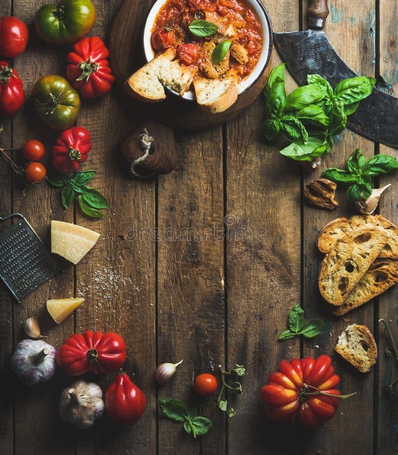 Italiaanse geroosterde tomaat en knoflooksoep met brood, basilicum, parmezaanse kaas royalty-vrije stock foto's
