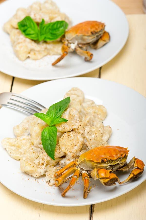 Italiaanse gnocchi met zeevruchtensaus met krab en basilicum royalty-vrije stock afbeeldingen