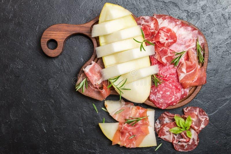 Italiaanse ham, prosciutto en salami met meloen royalty-vrije stock foto