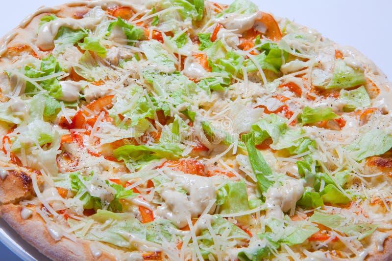 Italiaanse heerlijke pizza met tomaat, sla en kaas royalty-vrije stock afbeeldingen