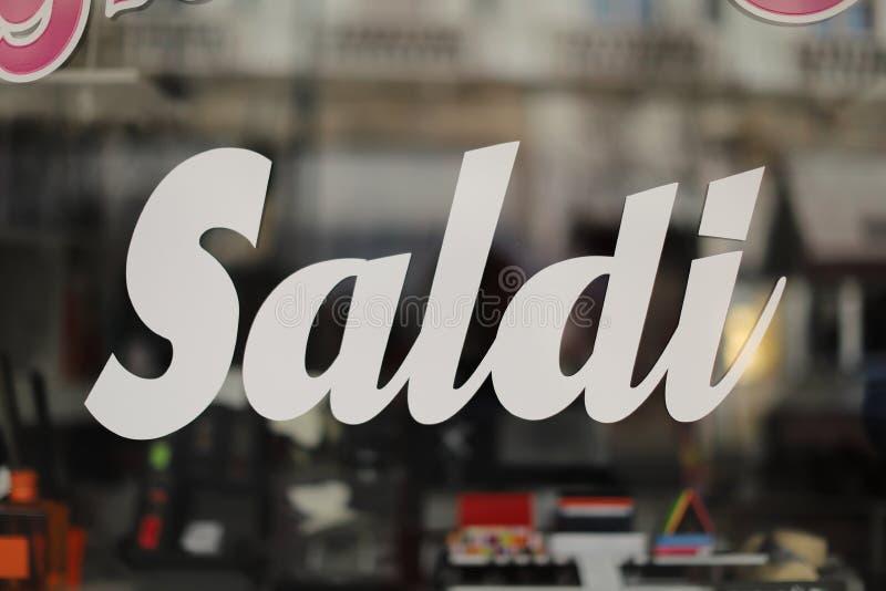 Italiaanse het winkelen verkoopbanner tot vijftig percenten weg, speciale aanbieding, saldi stock foto's
