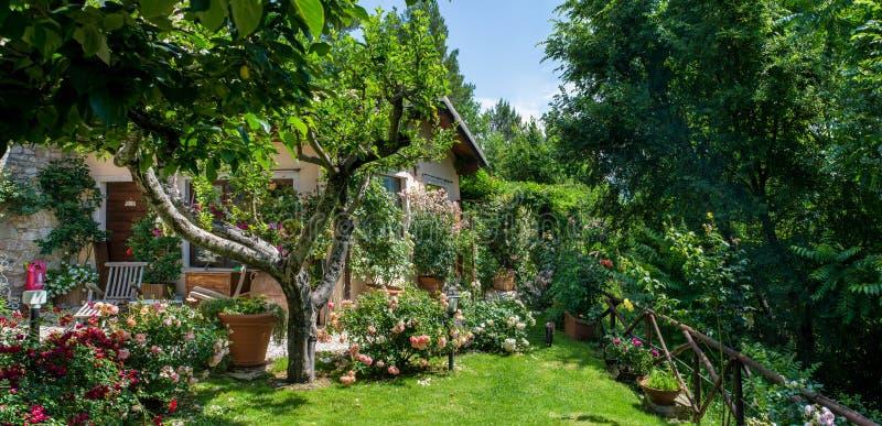 Italiaanse huis en tuin op zonnige dag outisde royalty-vrije stock foto