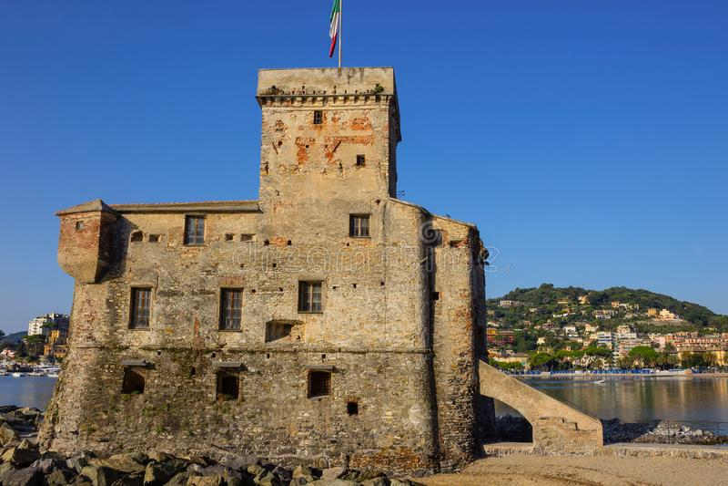 Italiaanse kastelen onder de italiaanse vlag - het kasteel van Rapallo, Liguria Genua Tigullio bij Portofino Italië stock foto's