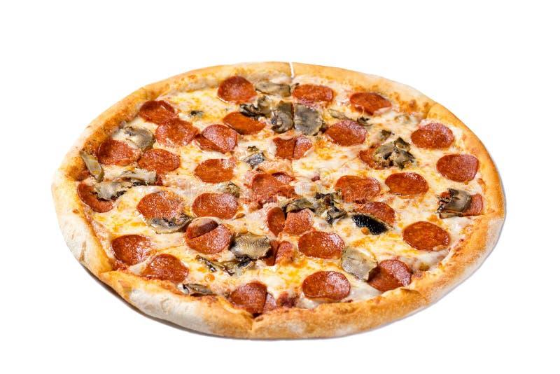 Italiaanse keuken Verse pepperonispizza Salami en paddestoelenpizza op witte achtergrond wordt geïsoleerd die royalty-vrije stock afbeeldingen