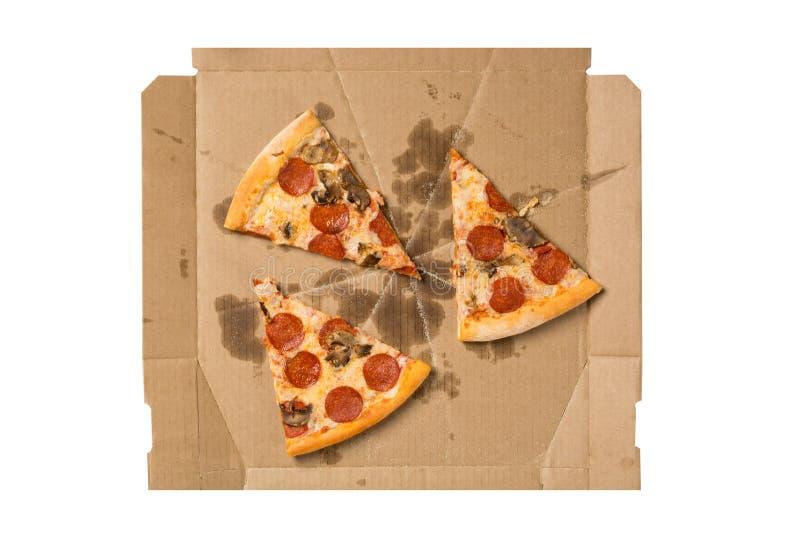 Italiaanse keuken Verse pepperonispizza Salami en van de paddestoelenpizza stukken in geopende die doos op witte achtergrond word royalty-vrije stock afbeelding