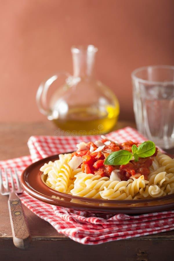 Italiaanse klassieke deegwarenfusilli met tomatensaus en basilicum royalty-vrije stock fotografie