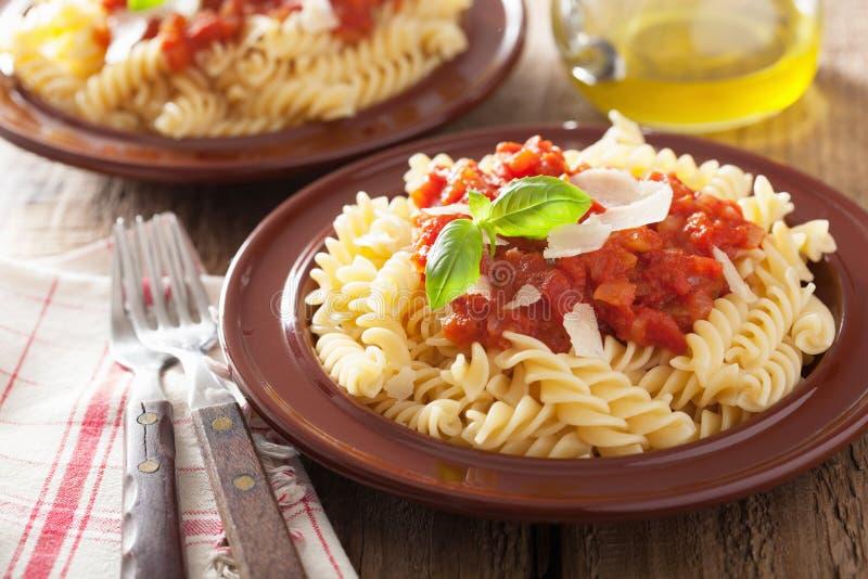 Italiaanse klassieke deegwarenfusilli met tomatensaus en basilicum royalty-vrije stock foto's