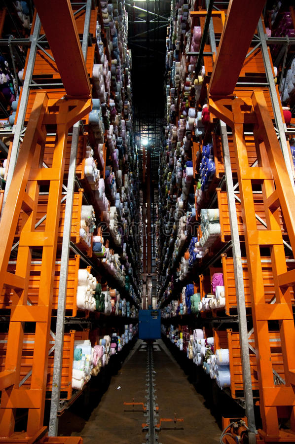 Italiaanse kledingsfabriek - Automatisch pakhuis royalty-vrije stock fotografie