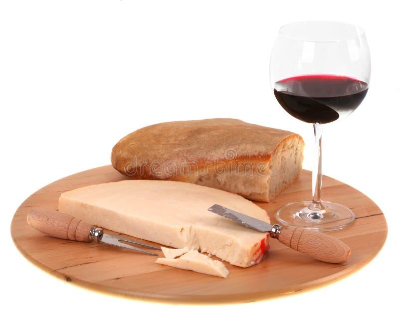 Italiaanse kruidige provolone kaas met rode wijn en brood royalty-vrije stock afbeelding