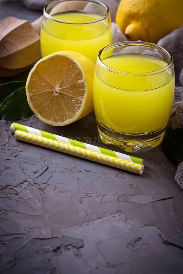 Italiaanse likeurlimoncello met citroenen stock afbeeldingen
