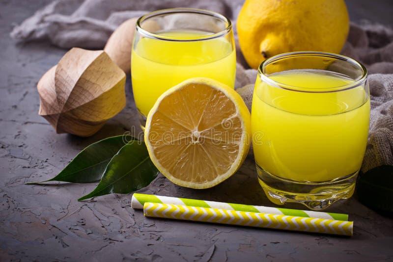 Italiaanse likeurlimoncello met citroenen stock fotografie