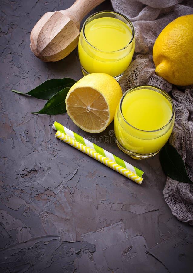 Italiaanse likeurlimoncello met citroenen stock afbeelding