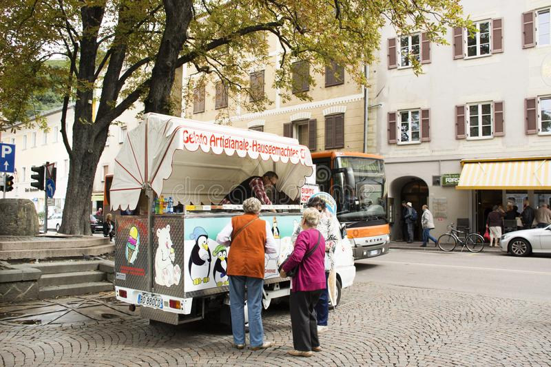 Italiaanse mensen en vreemdelingsreizigers die roomijs kopen van voedselvrachtwagen royalty-vrije stock fotografie