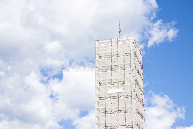 Italiaanse middeleeuwse die torenspits door metaalsteiger wordt behandeld royalty-vrije stock foto