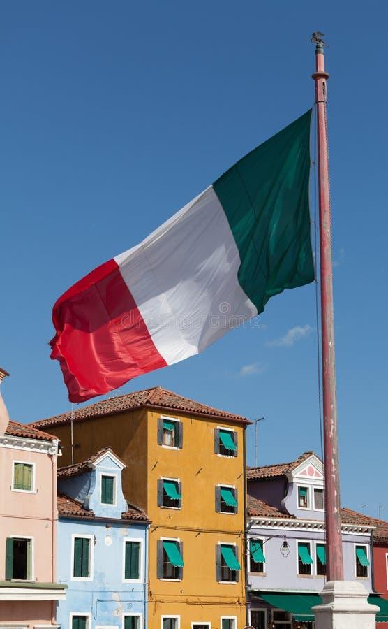Italiaanse Nationale Vlag met traditionele kleurrijke voorgevel van Burano Venetië stock afbeeldingen