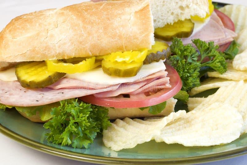Italiaanse Onderzeese Sandwich met spaanders stock afbeeldingen