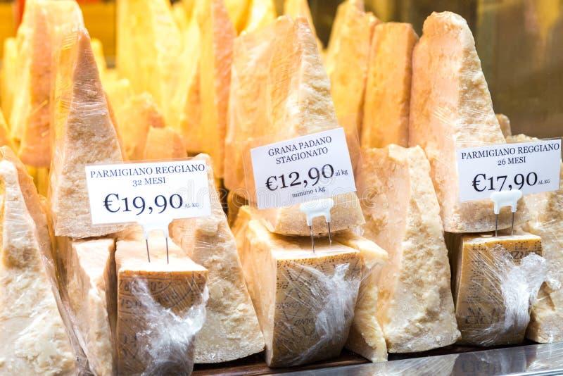 Italiaanse parmezaanse kaaskaas voor Verkoop in een Winkel in Florence Italy royalty-vrije stock foto