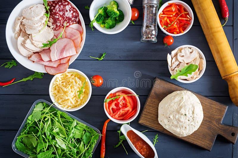 Italiaanse pizza Deeg en pizzaingrediënten E stock afbeeldingen