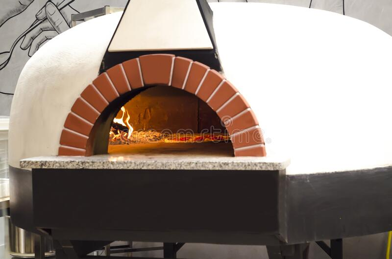 Italiaanse pizza gekookt in een traditionele Wood Fired Oven stock foto's