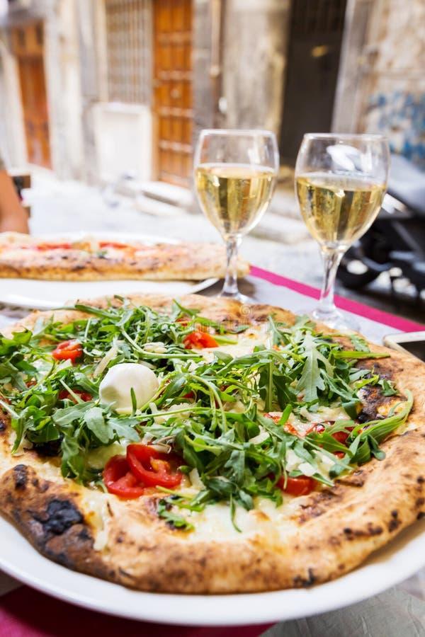 Italiaanse pizza met arugula royalty-vrije stock afbeeldingen