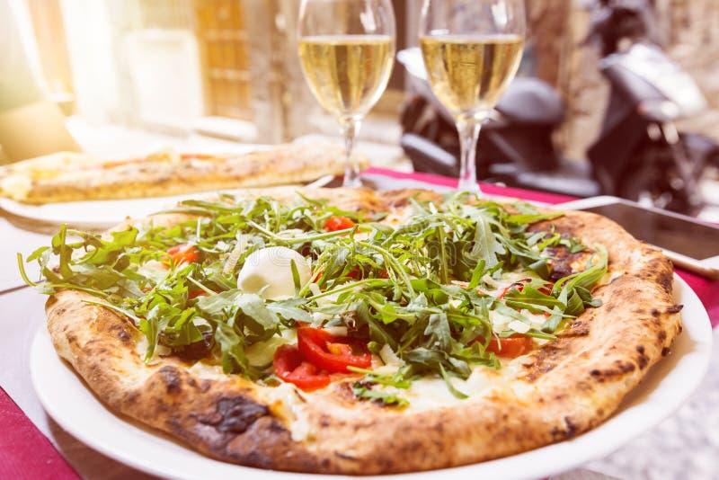Italiaanse pizza met arugula stock foto's