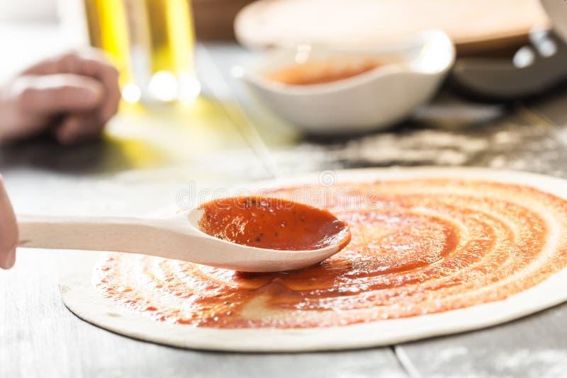 Italiaanse pizza met mozarella, kaas en basilicumbladeren royalty-vrije stock fotografie