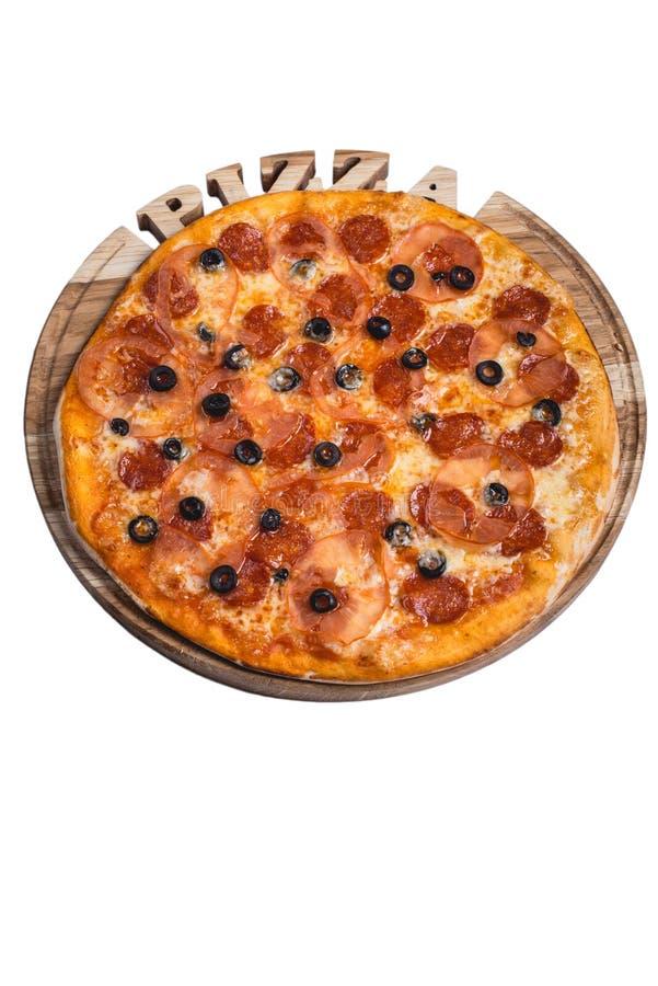 Italiaanse pizza met salamiolijven en tomaat Een reeks verschillende die types van pizza voor menu's vanuit één invalshoek worden royalty-vrije stock afbeelding