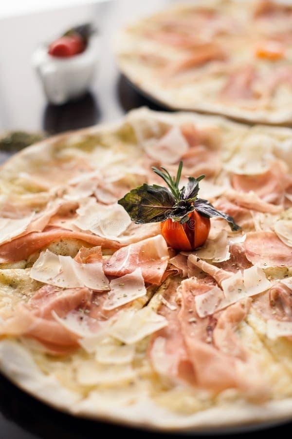 Italiaanse pizza met tomaat royalty-vrije stock foto