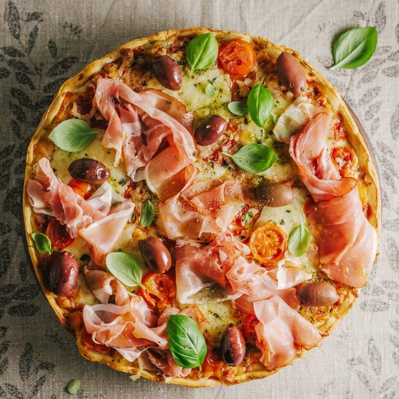 Italiaanse pizza op rustieke textiel stock afbeeldingen