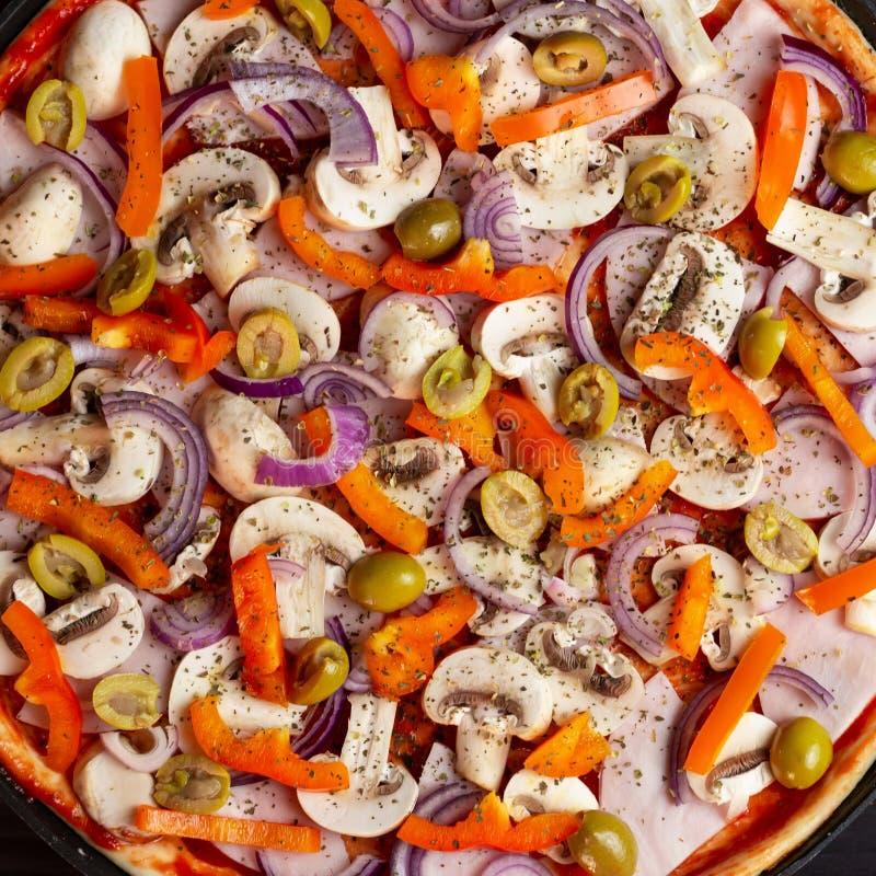 Italiaanse pizzaclose-up op donkere houten achtergrond met paddestoelen en groenten, hoogste mening stock afbeeldingen