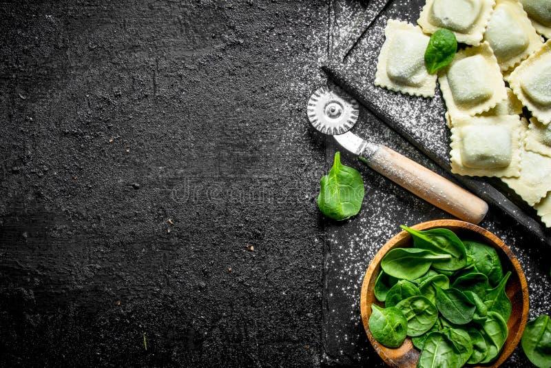 Italiaanse Ravioli ruw met greens royalty-vrije stock foto