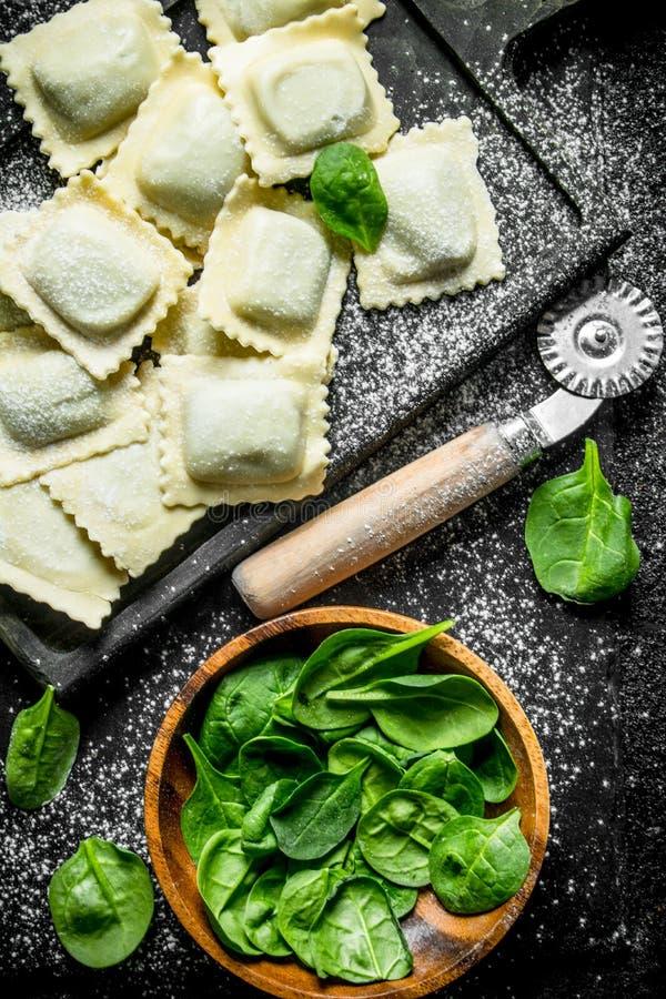 Italiaanse Ravioli ruw met greens royalty-vrije stock foto's