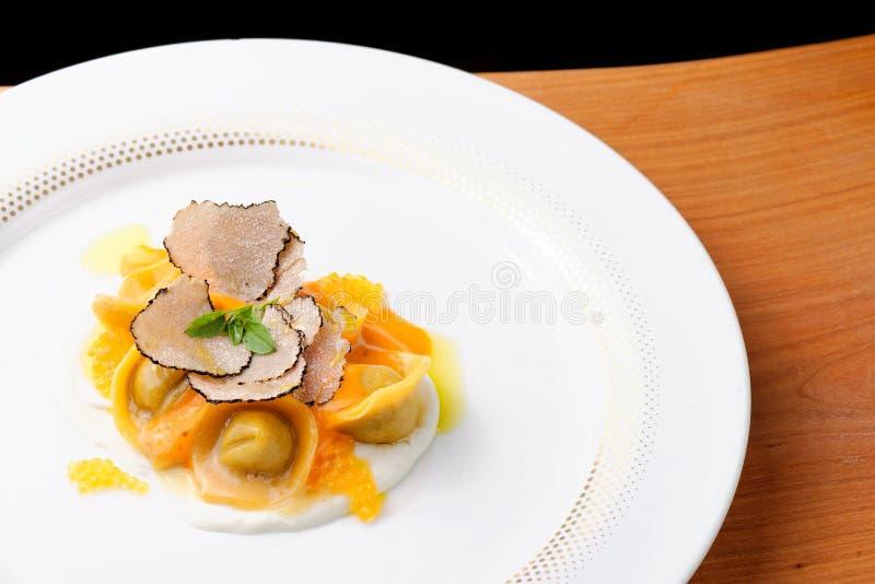 Italiaanse raviolitortellini met kaviaar royalty-vrije stock afbeeldingen