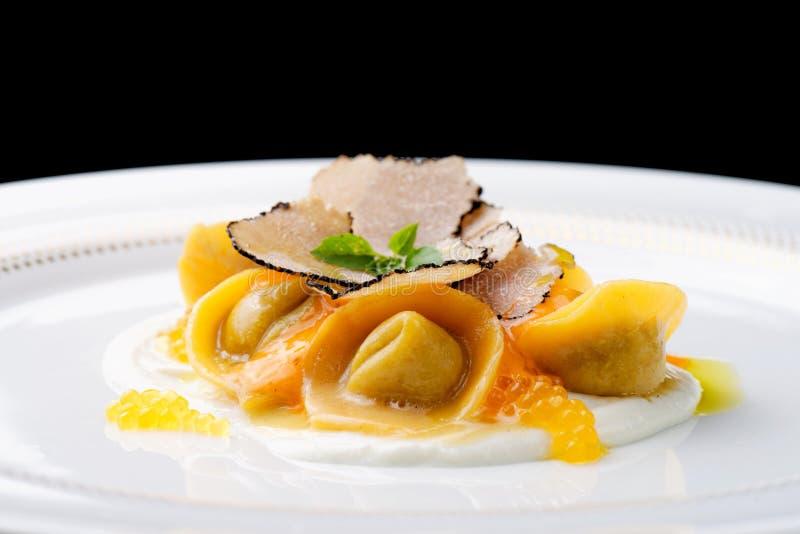Italiaanse raviolitortellini met kaviaar royalty-vrije stock fotografie