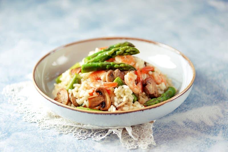 Italiaanse risotto met garnalen, paddestoelen, asperge en parmezaanse kaas Gezond voedsel royalty-vrije stock fotografie