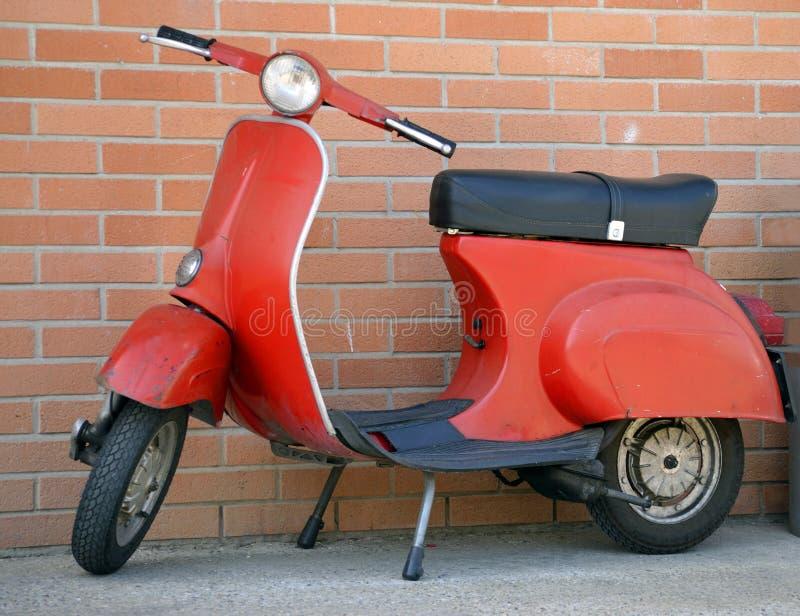 Italiaanse rode vespaautoped stock afbeelding