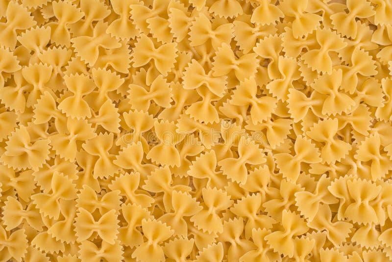 Italiaanse ruwe het voedselachtergrond van Deegwaren Farfalle stock foto