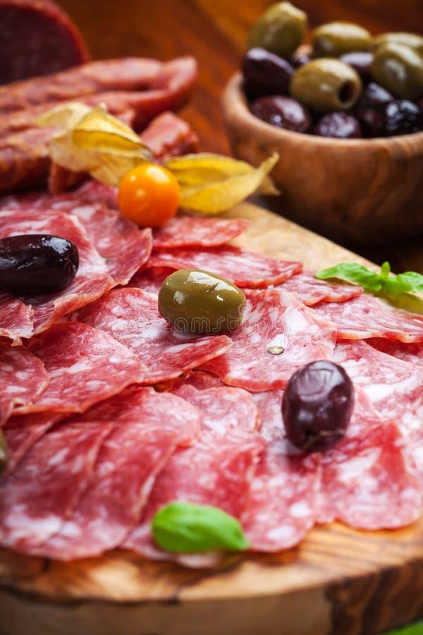 Italiaanse salami met gemengde olijven royalty-vrije stock afbeelding