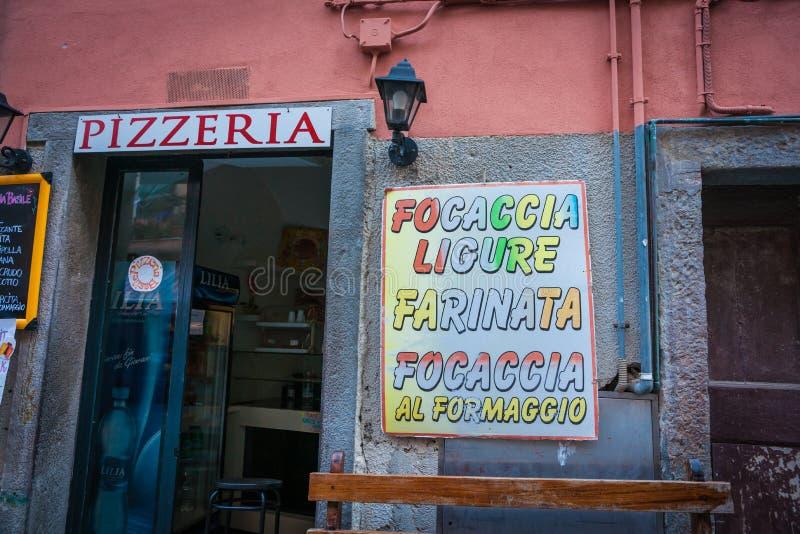 Italiaanse signage van de het voedselwinkel van de dorps typische pizzeria met differe royalty-vrije stock fotografie