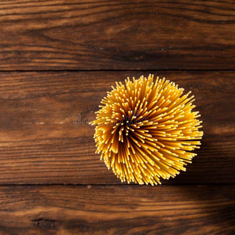 Download Italiaanse Spaghetti Op Houten Achtergrond Stock Afbeelding - Afbeelding bestaande uit cooking, gezond: 54089521